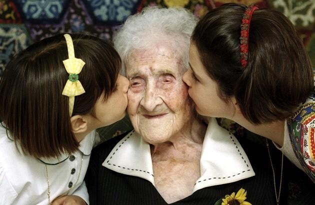 ژان لوئیز کالمان، دارای طولانیترین عمر تأیید شده یک انسان در طول تاریخ است. در تصویر فوق او تولد ۱۲۰سالگیاش را جشن گرفته است.