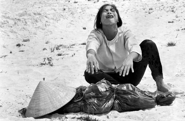 زن ویتنامی در کنار جنازه همسرش. آوریل ۱۹۶۹