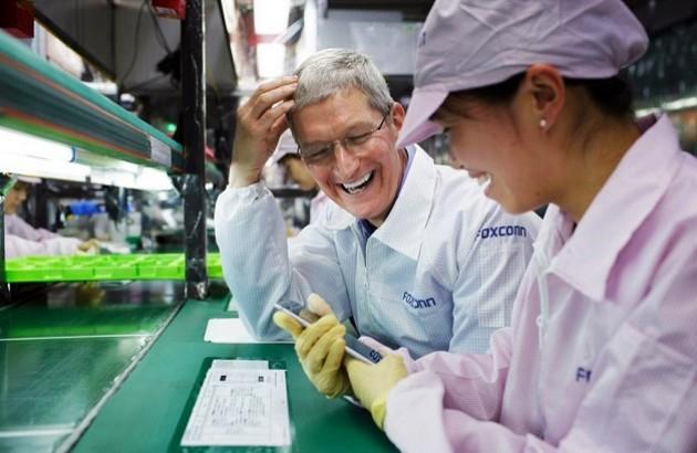 تیم کوک، مدیر اپل، در کارخانۀ تولید محصولات اپل در چین.