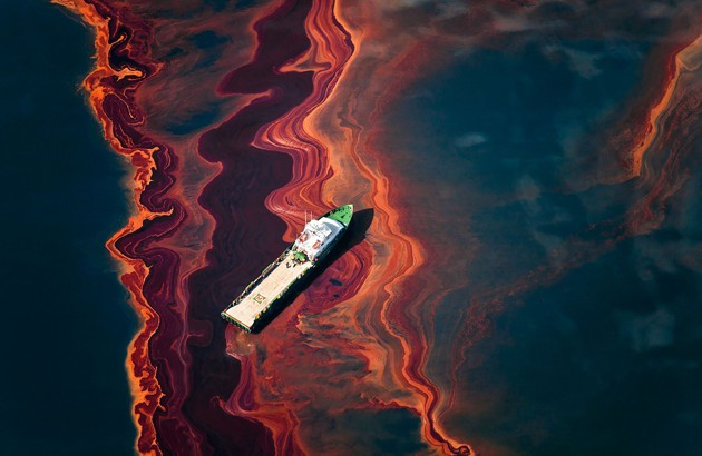 در روز اول انفجار سکوی نفتی خلیج مکزیک، ۱۲ میلیون بشکه به آبهای خلیج وارد شد. عکاس: دنیل بلترا.