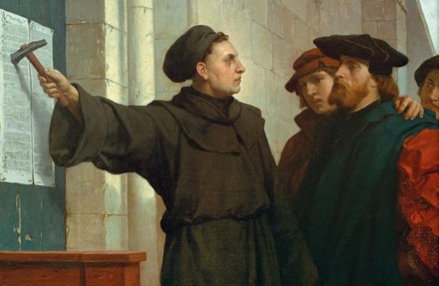 مارتین لوتر، درحال آویختن اعلامیۀ ۹۵مادهای خود بر سر در کلیسای ویتنبرگ.