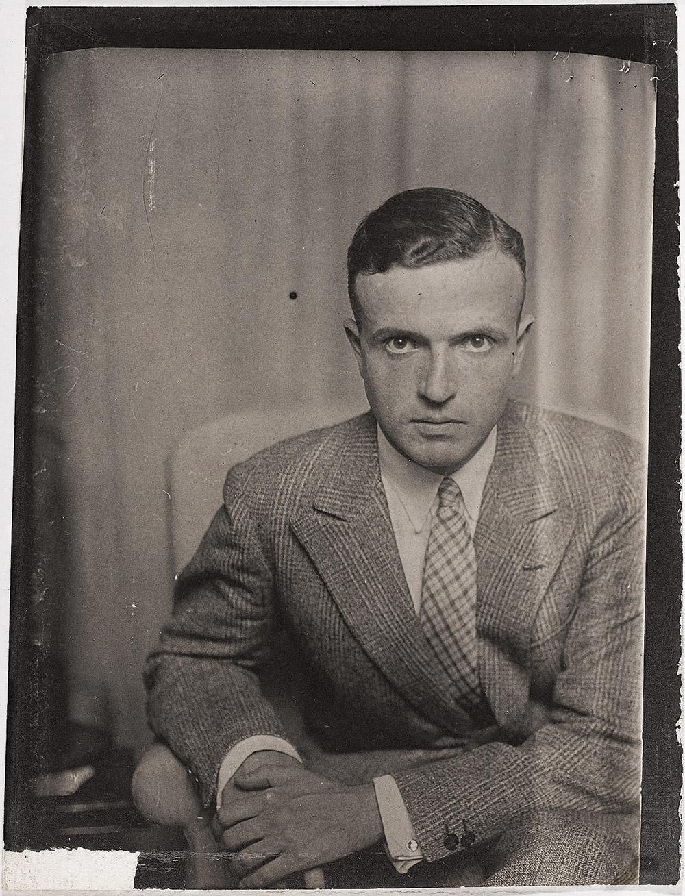 میشل لریس در ایام جوانی (۱۹۳۰)، عکاس: من ری.