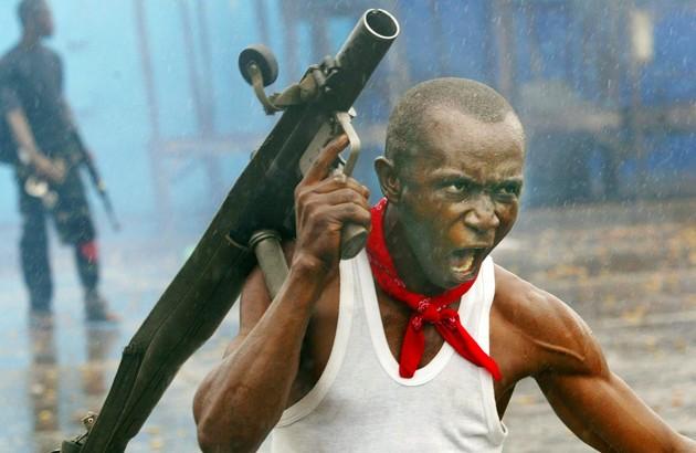 سربازی درحال مبارزه با شورشیان طی جنگ شهریِ مونرویا، لیبریا، عکاس: کریس هوندروس.