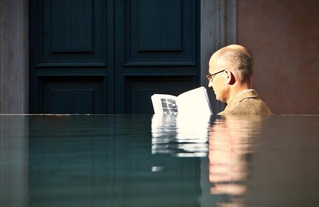 خواندنِ آب، عکاس: پیتر ورکمن. — «ما وحدتِ غریبِ ملک و ملکوت هستیم، وحدت روح و جسم، خرد و بیخردی».