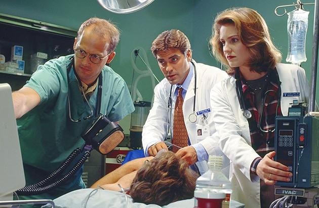 جورج کلونی در نقش دکتر داگلاس راس، در سریال تلویزیونیِ «ای.آر». عکاس: کریس هاستون.