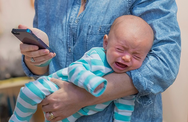 وقتی با فرزندت هستی، آن گوشی لعنتی را بگذار کنار