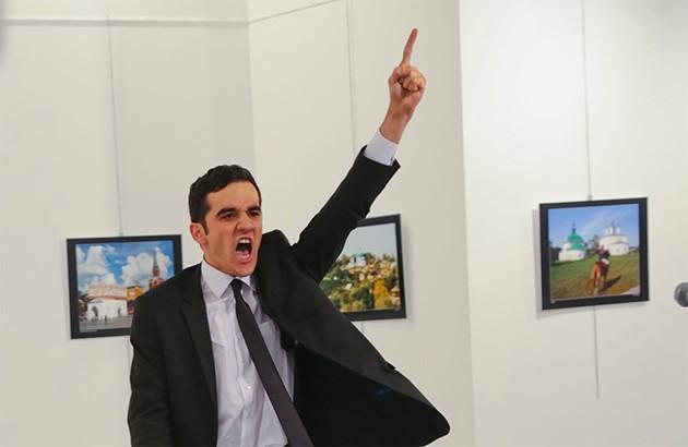 لحظۀ ترور آندره کارلوف، سفیر روسیه در ترکیه.
