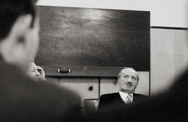 مارتین هایدگر، حین مباحثهای در دانشگاه توبینگن، ۱۹۶۱. عکاس: نامعلوم.