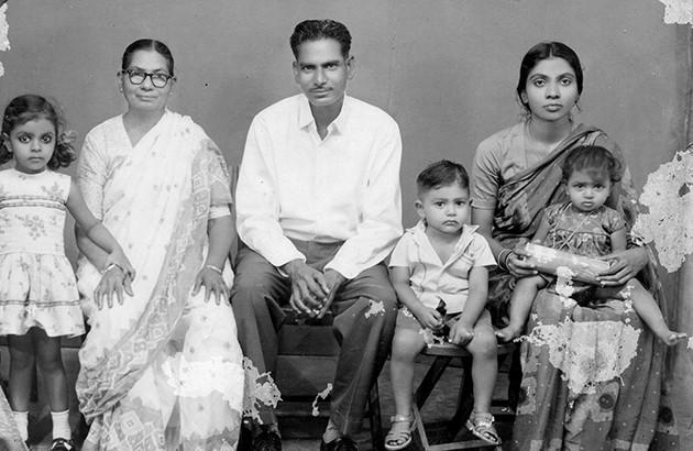 سوجاتا (سمت چپ) در کنار خانوادهاش هنگام سهسالگی. آندرا پرادش، هند. ۱۹۶۶.