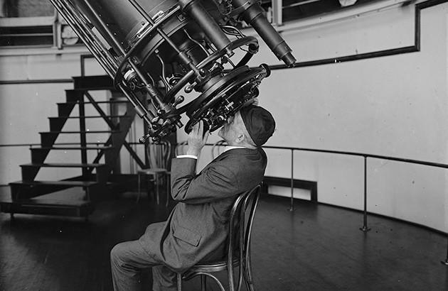 ایسف هال جونیور ستارهشناس در رصدخانۀ نیروی دریایی آمریکا، سال ۱۹۲۴، کتابخانۀ کنگره.