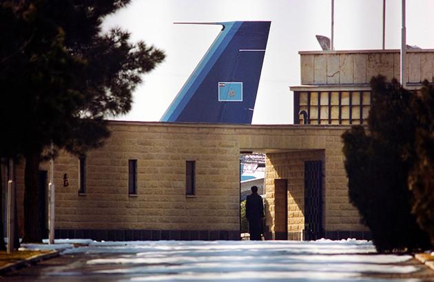 هواپیمای آمادۀ پرواز برای خروج محمدرضا پهلوی از ایران، فرودگاه مهرآباد تهران، دیماه ۱۳۵۷. عکاس: دیوید برنت.