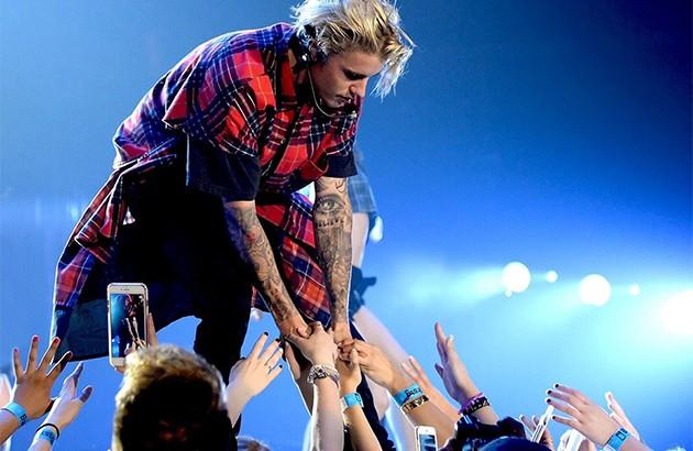 جاستین بیبر در حال اجرای کنسرت. لاسوگاس، آمریکا. ۲۰۱۶.