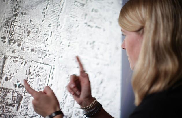 سارا پارکَک در حال مطالعۀ تصویربرداری ماهوارهای.