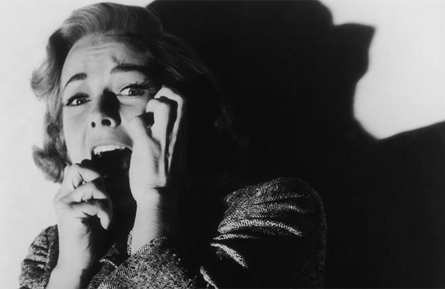 نمایی از فیلم «روانی» (۱۹۶۰) ساختۀ آلفرد هیچکاک.